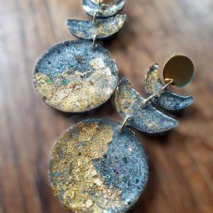 Boucles d'oreille croissant de lune d'or et de cendre