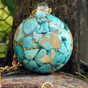 Pendentif collier en chip de turquoise avec feuille d'or